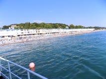 海岸的看法从一艘船的从在远处 免版税图库摄影