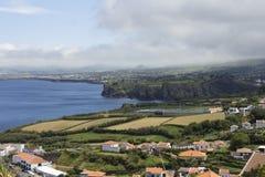 海岸的看法从在圣地米格尔海岛,亚速尔,葡萄牙东南海岸的一个更高的观点  免版税图库摄影