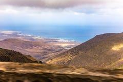 海岸的看法在兰萨罗特岛海岛上的 免版税库存照片
