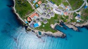 海岸的空中射击与旅馆的 免版税库存照片