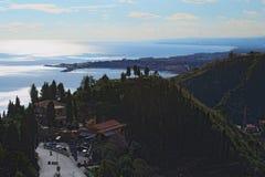 海岸的美丽的景色太阳在水中被反射 城市爱奥尼亚海 免版税图库摄影