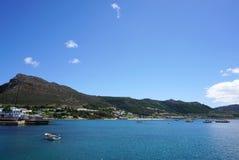 海岸的美好的风景有在海角的高峰背景 免版税图库摄影