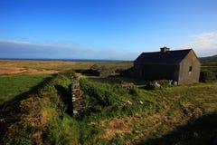 海岸的被放弃的老房子在爱尔兰 免版税库存照片
