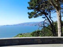 从海岸的边缘的旧金山湾 免版税库存图片