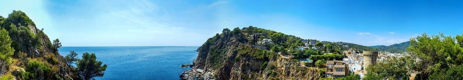 海岸的顶面全景视图与岩石的 西班牙,托萨德马尔 免版税图库摄影