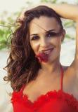 海岸的年轻俏丽的西班牙妇女与飞行头发,热的se 免版税图库摄影