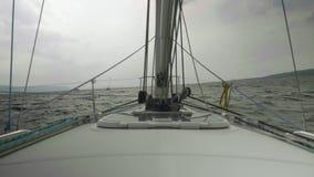 海岸线、风雨如磐的对此的水河和小船慢动作视图  从aycht驾驶舱的看法 股票录像
