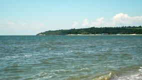 海岸线全景 它可以是被看见的小山海使波浪靠岸 股票视频