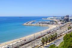 海岸线卡塔龙尼亚,与地中海阳台,塔拉贡纳,西班牙看法风景  库存图片