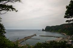 海岸线和一个小日本船坞 免版税库存照片