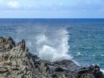海岸线和坚固性熔岩晃动叫的Dragon's牙,并且碰撞挥动在Makaluapuna点靠近卡帕拉奥阿,毛伊, HI,美国 免版税图库摄影
