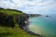 海岸线和峭壁在carrick rede 免版税库存照片