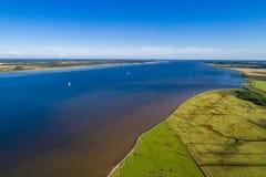 海岸线和绿色领域 库存照片