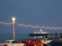 海岸线在晚上有对伊斯特本码头的看法 免版税库存照片