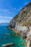 海岸线在Cinque Terre和通过Dell'Amore,意大利 库存照片