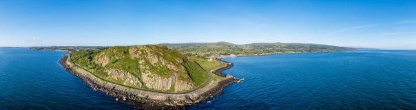 海岸线宽空中全景在北爱尔兰,英国 库存照片