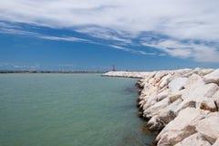 海岸线小卵石海水 图库摄影