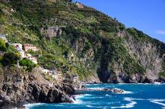 海岸线岩石意大利的山 免版税库存照片