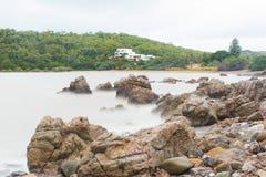 海岸线岩石海运 图库摄影