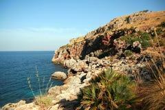 海岸线岩石粗砺 免版税库存照片
