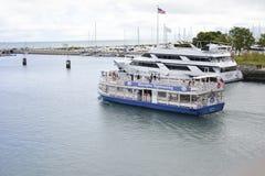 海岸线巡航小船 免版税库存图片