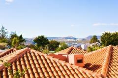 从海岸线房子的典型的地中海屋顶 免版税库存图片