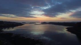海岸线日落& x28; drone& x29; 免版税库存图片