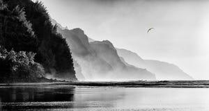 海岸线有薄雾的na pali日落 库存照片