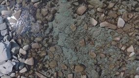 海岸线海湾空中射击与岩石和峭壁的 海浪空中寄生虫英尺长度洗涤在岩石的在海滩 股票视频