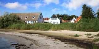 海岸线的丹麦房子在Snogebaek 免版税库存图片