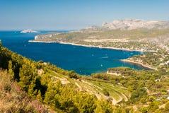 海岸线的全景在从路线des Cretes & x28看见的卡西斯附近的; 普罗旺斯, France& x29; 免版税库存照片
