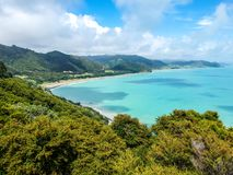 海岸线的惊人的空中寄生虫视图在Whituare海湾的在Opotiki和华卡塔尼附近在新西兰的东部 图库摄影
