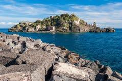 海岸线的海岛Lachea在卡塔尼亚附近的里维埃拉dei Ciclopi, 库存图片