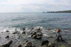 海岸线的渔夫 免版税库存图片