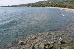 海岸线的渔夫 免版税库存照片