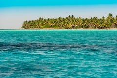 海岸线的看法在Bayahibe, La Altagracia,多米尼加共和国 复制文本的空间 图库摄影