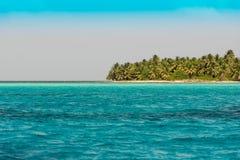 海岸线的看法在Bayahibe, La Altagracia,多米尼加共和国 复制文本的空间 库存照片