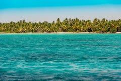 海岸线的看法在Bayahibe, La Altagracia,多米尼加共和国 复制文本的空间 免版税库存照片