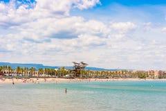 海岸线肋前缘Dorada,在La皮内达,塔拉贡纳, Catalunya,西班牙的海滩 复制文本的空间 免版税图库摄影