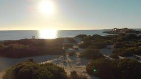 海岸线鸟瞰图与绿色灌木、沙滩和小大厦的反对蓝色清楚的天空在好日子 ?? 股票录像