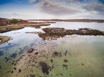 海岸线鸟瞰图由寄生虫夺取了在挪威 免版税库存照片