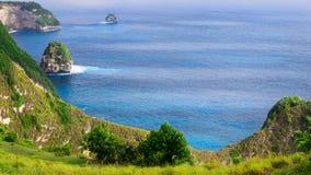 海岸线,一千个海岛,在女用披巾海湾或Kelingking海滩附近在努沙Penida海岛上,巴厘岛,印度尼西亚 免版税库存图片