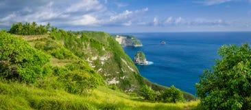 海岸线,一千个海岛,在女用披巾海湾或Kelingking海滩附近在努沙Penida海岛上,巴厘岛,印度尼西亚 库存图片