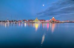 海岸线黄昏的村庄小游艇船坞 免版税库存图片