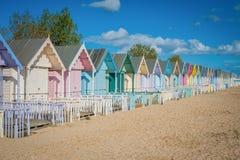 2016年海岸美丽的宽海滩的英国Mersea五颜六色的房子与有趣的大厦 免版税库存图片