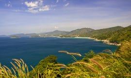 海岸西方普吉岛的视图 图库摄影