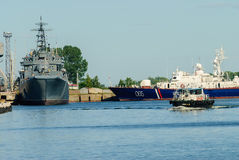 海岸警卫的船在Baltiysk 俄国 库存图片
