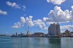 海岸警卫船和工厂厂房看法从科当江边,路易港,毛里求斯 库存图片