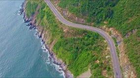 海岸高速公路接近的鸟瞰图沿天蓝色的海洋的 股票录像