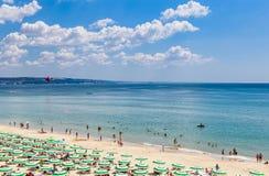 黑海岸,蓝色清楚的水,与沙子,伞的海滩 免版税图库摄影